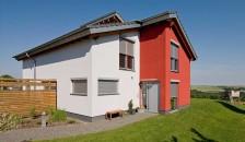 Alulux Aluminium Rollladen auf weiß-roter Hausfassade