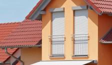 Alulux Aluminium Rollladen an orange-farbener Hausfassade