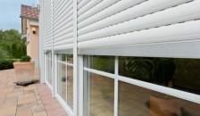 Alulux Aluminium Rollladen an Terassenfenstern Nahaufnahme