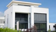 Alulux Aluminium Raffstore in anthrazit an weißer Hausfassade