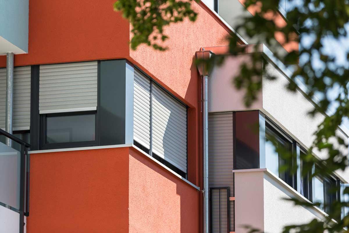 Aluminium Rollladen Auf Roter Hausfassade