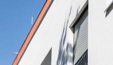 Alulux Aluminium Rollladen auf heller Hausfassade