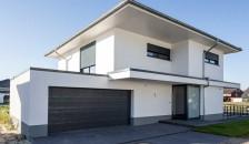Alulux Aluminium Aufsatzrollladen an weißer Hausfassade am ganzen Objekt