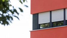 Alulux Aluminium Aufsatzrollladen an roter Hausfassade