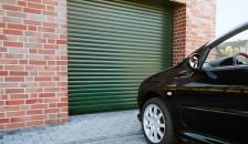 Garagentor Detolux in grün mit parkendem Auto