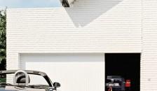 Garagentor Vertico in weiß - Hausfront