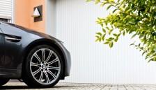 Garagentor Vertico mit parkendem Fahrzeug - Bodenaufnahme