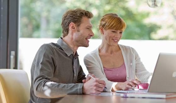 Junges Paar vor dem Laptop
