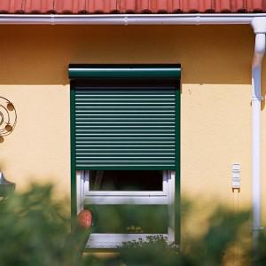 Ideales, dunkles Schlafumfeld dank Alulux-Rollladen